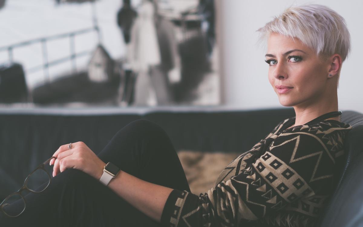 Woman smiling: change your career without burning bridges